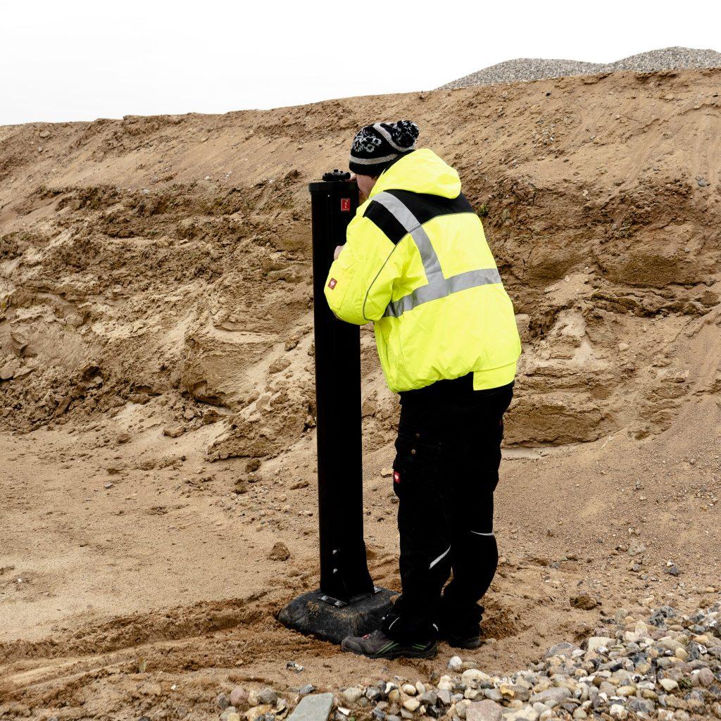 Techniker aktiviert Baustellenüberwachung